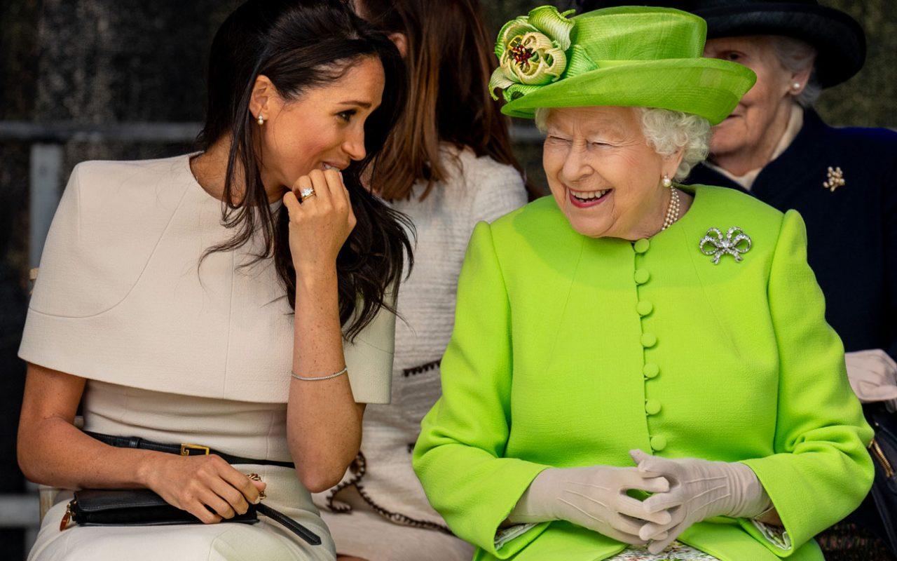 Gli-orecchini-di-perle-di-Meghan-Markle-sono-un-regalo-della-regina-Elisabetta-1280x800