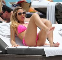 ilary-blasi-hot-bikini-fucsia-flou-mare-totti-miami-10-giugno-2012-14