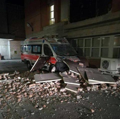 Case crollate e due feriti a Arquata. Ospedale evacuato a Amandola