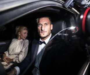 #Totti40, party per 300 vip. Lui in smoking, Ilary in bianco