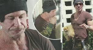 Mickey Rourke irriconoscibile: eccolo col parrucchino e il volpino a Los Angeles
