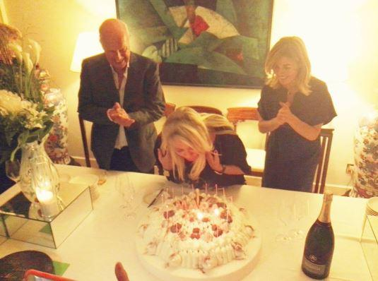 Mara Venier, compleanno super tra regali, amici e pure una sfilata