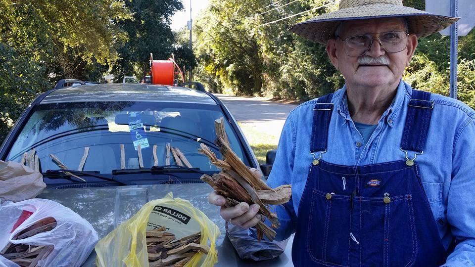 Sul ciglio della strada a vendere legna a 80 anni: dietro la foto del pensionato c'è molto di più