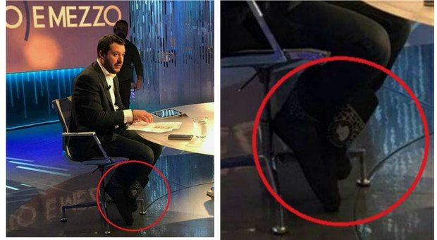 Salvini con i doposci ai piedi a Otto e Mezzo, bufera su Twitter:
