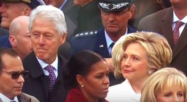 Bill Clinton distratto durante l'insediamento di Trum, ma Hillary lo fulmina