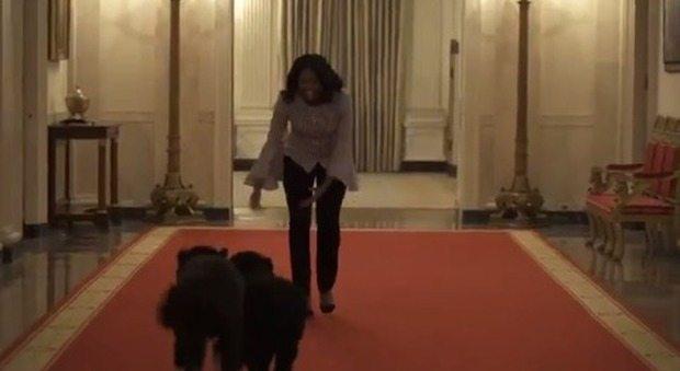 L'ultima passeggiata di Michelle Obama alla Casa Bianca con i suoi cani