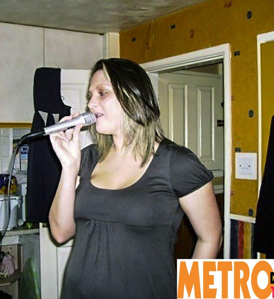 """Scopre di avere il cancro cantando al karaoke: """"Ora non potrò più farlo"""""""