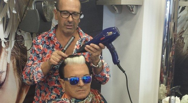 Il segreto del ciuffo bianco di Malgioglio nelle mani di un hair stylist napoletano