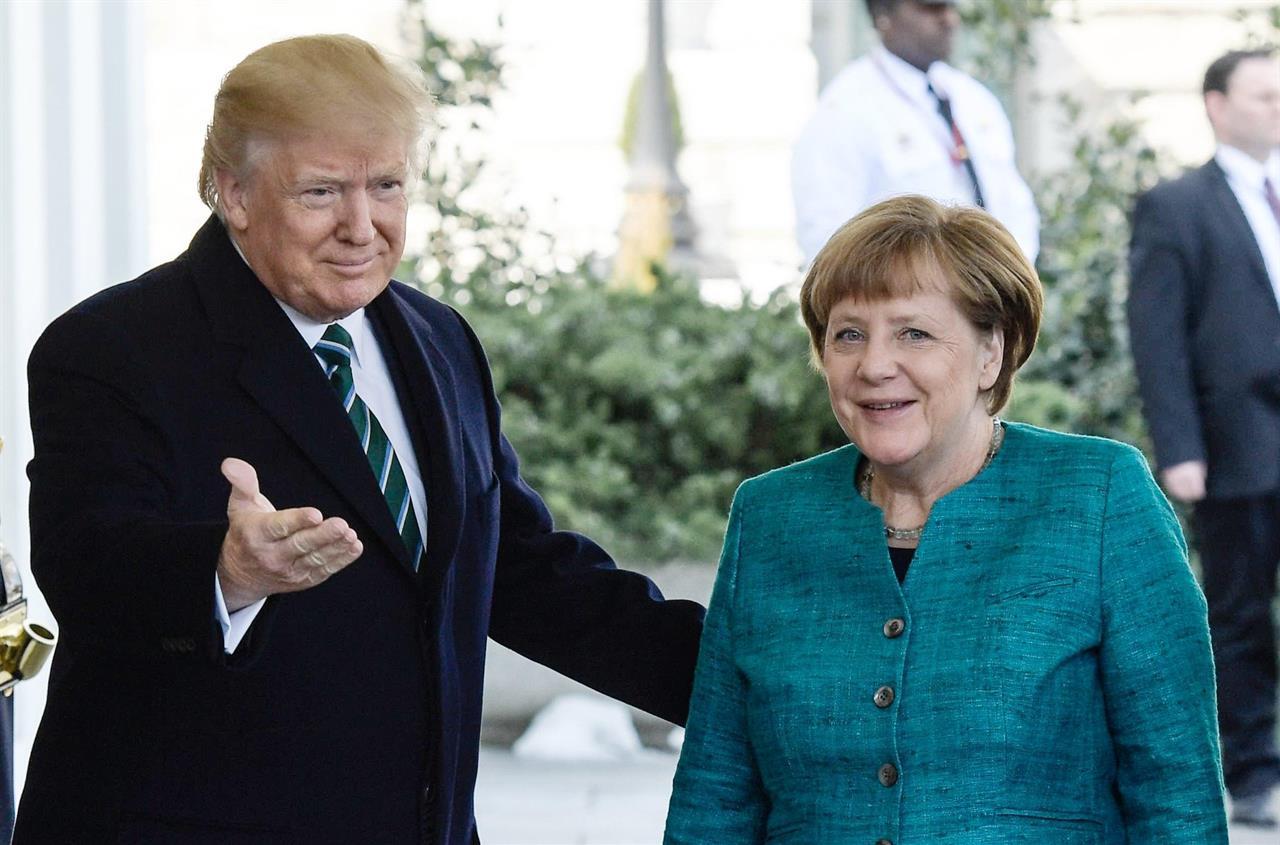 Merkel alla Casa Bianca: primo faccia a faccia con Trump. Giallo stretta di mano rifiutata