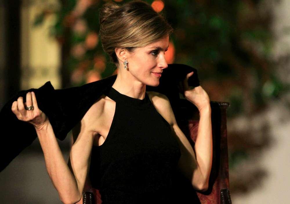 La regina di Spagna preleva al bancomat prima dello shopping