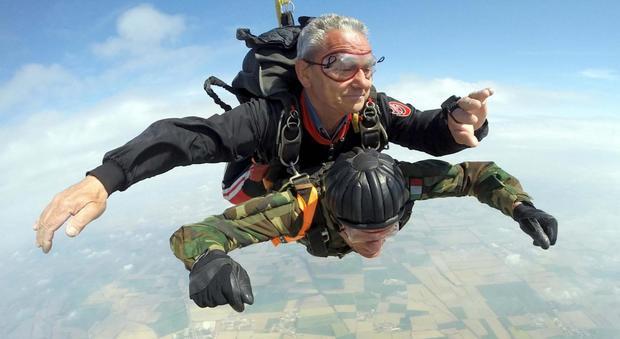 Giuseppe, il reduce di guerra che si lancia con il paracadute a 96 anni: