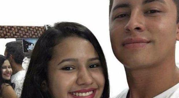 Posta su Twitter il selfie con la fidanzata, ma un dettaglio terrorizza il web