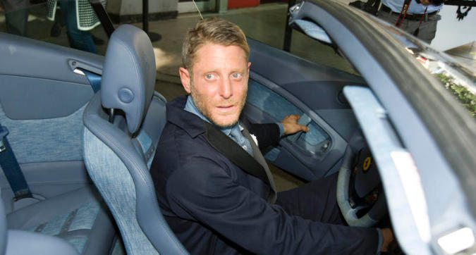 Lapo Elkann torna sui social... in auto!