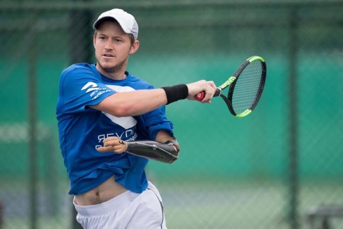 Alex, 23 anni, nato senza un braccio, vince la disabilità e diventa tennista professionista
