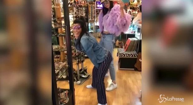 Kendall Jenner e Kourtney Kardashian: ecco il balletto sexy nel negozio