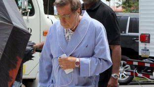 Al Pacino quasi irriconoscibile, giacca da camera, pantofole e tenuta ospedaliera....