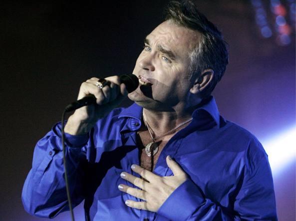 """""""Non mi sento al sicuro tra gli psicopatici"""", Morrissey annulla tutti i concerti live in Italia"""