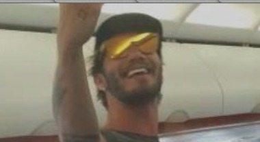 Stefano De Martino, caos sul volo per Ibiza e gaffe sull'ex Belen