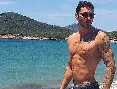 Stefano De Martino tra amore e lavoro, estate al mare col figlio Santiago