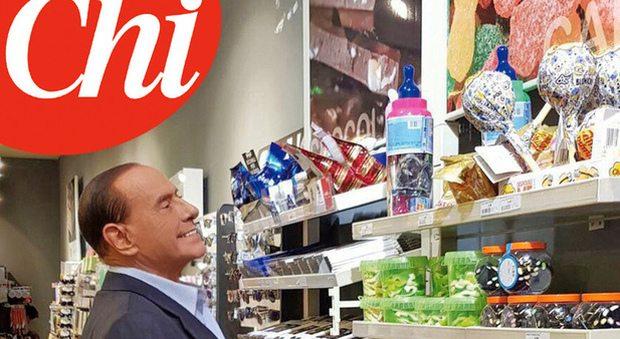 Berlusconi, dimagrito e abbronzato all'autogrill: fa la spesa per i nipotini e per Dudù
