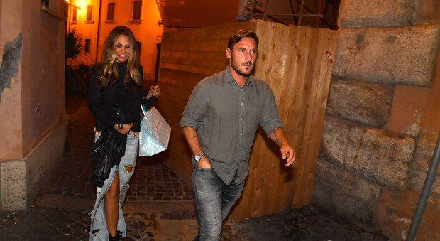 """Totti e Ilary, cena in centro. I fan: """"Francè dai un bacio a Ilary"""". E lui scherza: """"Poi se abitua"""""""