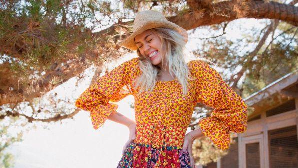 Miley Cyrus porta indietro il tempo: la sua trasgressione oggi è... il country