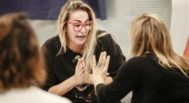 """""""Mi fai paura"""", sei pazza': Veronica Angeloni contro Simona Izzo. Lite furibonda"""
