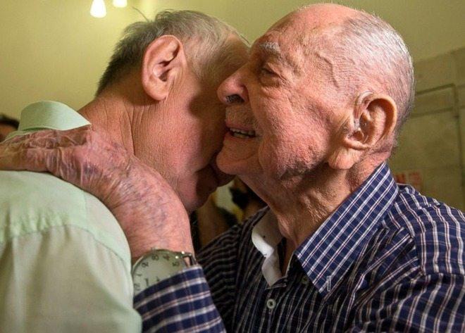 Sopravvissuto alla Shoah, a 102 anni incontra il nipote per la prima volta: «Li credevo tutti morti»