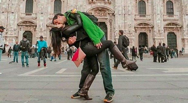 Rob e Joly innamorati a 13mila km di distanza: s?incontrano a metà strada per un bacio e una foto