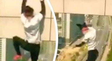 Si arrampica sul grattacielo per farsi un selfie, ma precipita e muore a 26 anni: le immagini choc