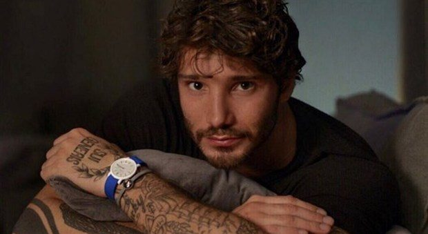 """Stefano De Martino, pronto per L'Isola, confessa: """"Sono single. Belen? Non torneremo insieme"""""""