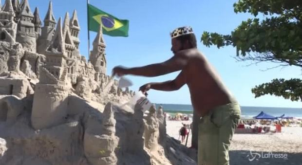 """Brasile, da 22 anni vive in un castello di sabbia: la storia del """"re"""" Marcio"""