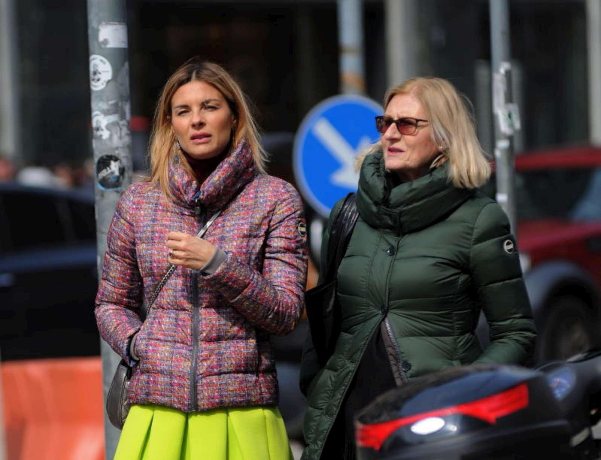 Martina Colombari, shopping in centro con mamma Delfina
