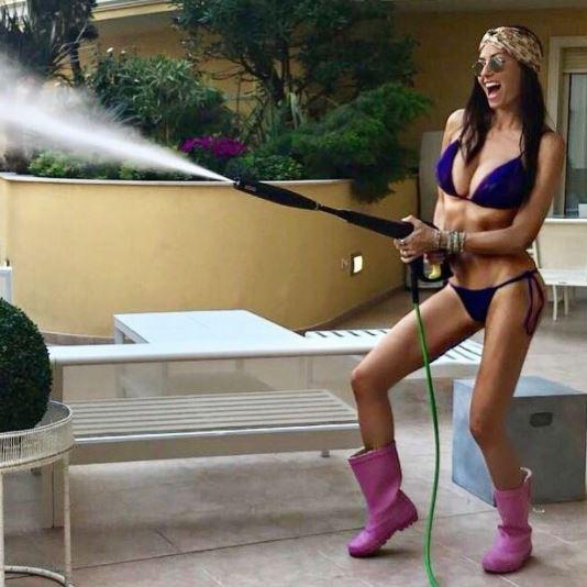 Elisabetta Gregoraci, guarda che giardiniera sexy