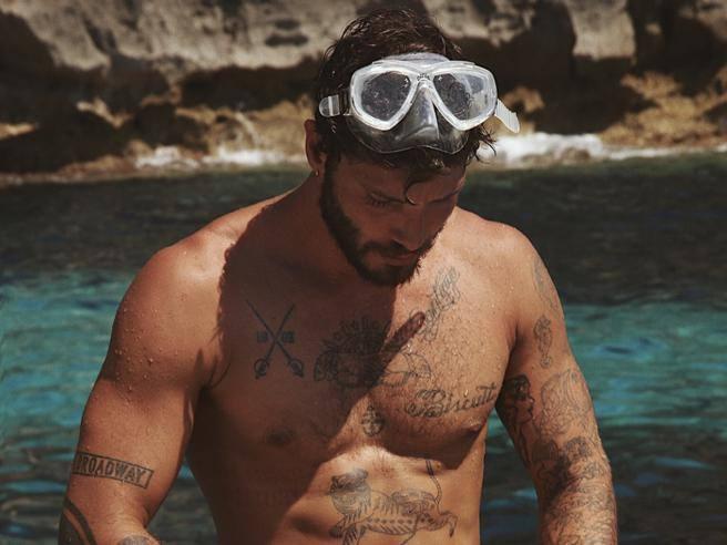 Stefano De Martino papà, vacanze a Ibiza con Santiago. Ma con loro c'è anche la sua ex...