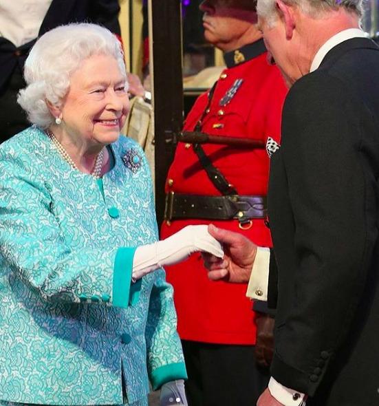 La regina Elisabetta e la tenera dedica a Carlo: «È un privilegio per una madre assistere ai 70 anni del figlio»