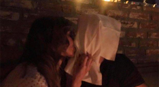 """""""Un bacio che non si dimentica"""", Iannone pubblica la foto con Belen ma i fan li criticano"""