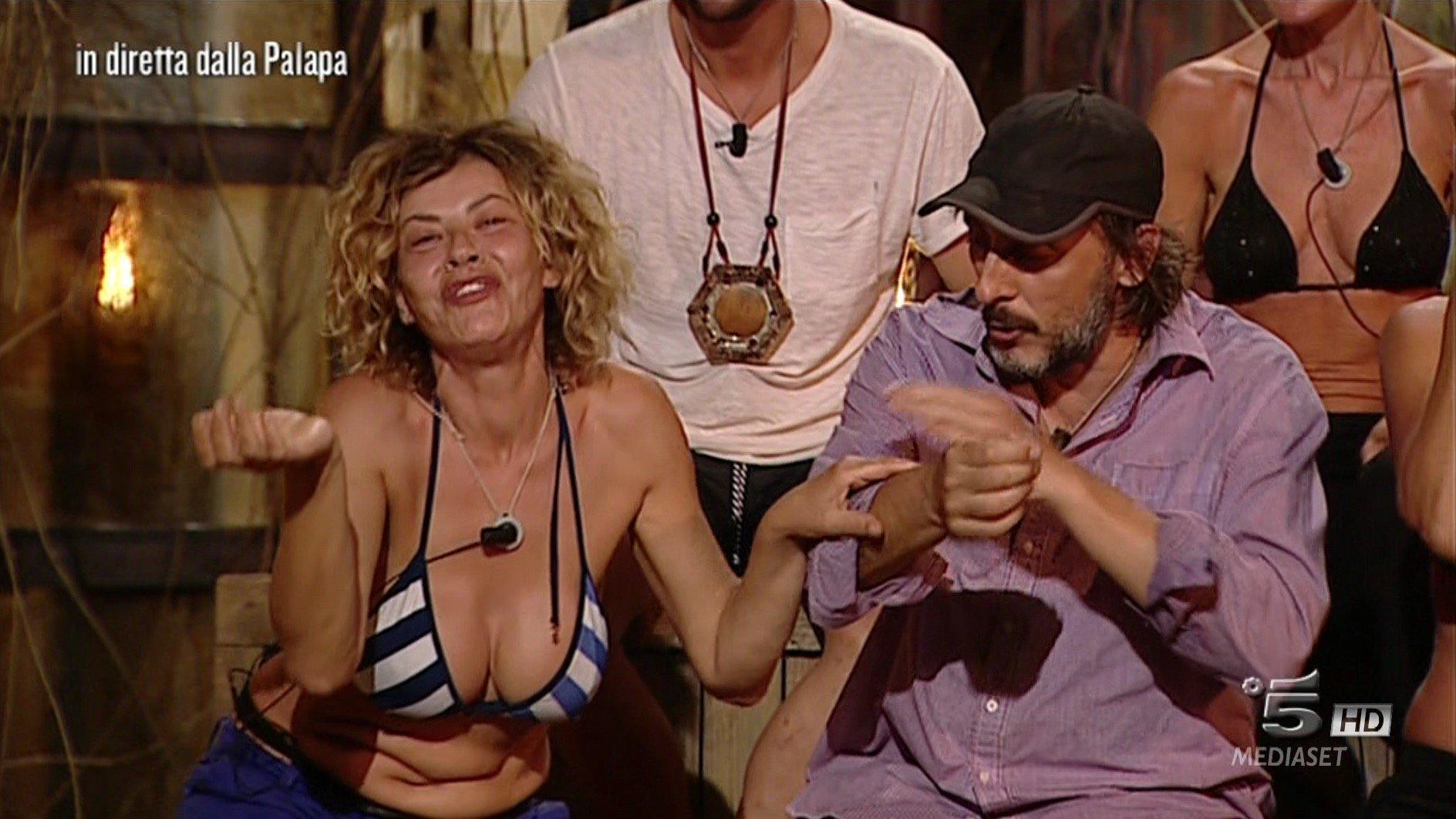"""""""Isola dei Famosi"""", Ceccherini scatenato: tra minacce di ritirarsi e dichiarazioni d?amore"""