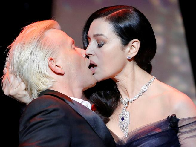 Monica Bellucci accende Cannes 2017 con un bacio mozzafiato