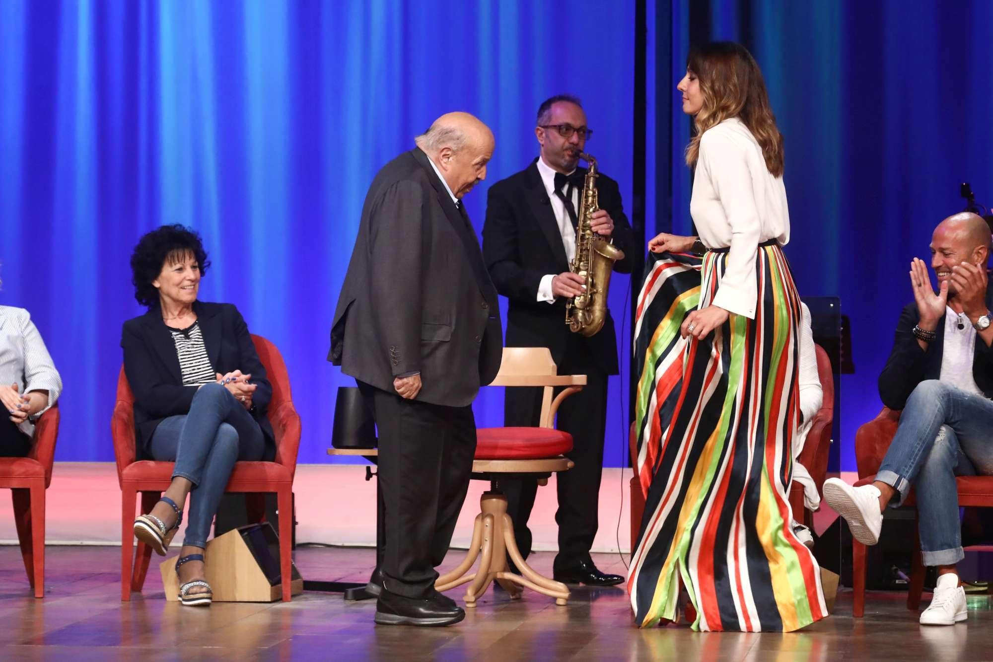 Maurizio Costanzo e Ambra Angiolini, Cha cha cha esplosivo sul palco