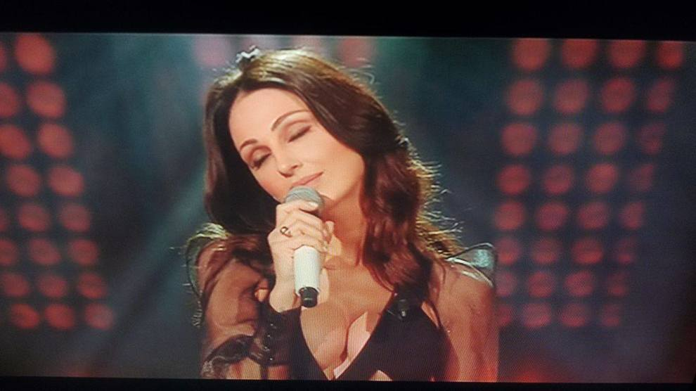 Anna Tatangelo hot in diretta tv, il décolleté birichino straborda dal vestito