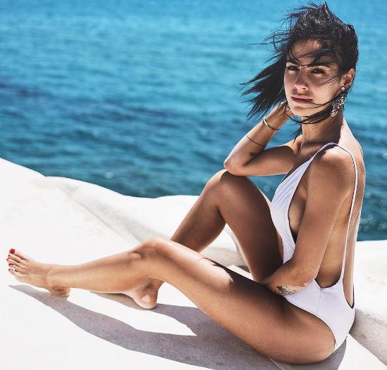 Giulia De Lellis, topless e champagne in riva al mare