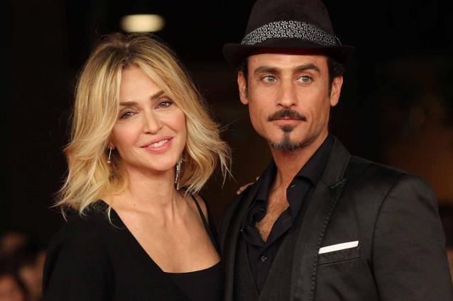 Paola Barale e Raz Degan di nuovo insieme, Levante single. Costanzo stoppa Savino, il triangolo di Aida