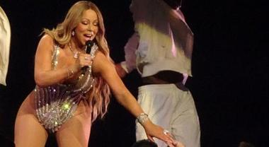 Mariah Carey irriconoscibile: curve esagerate al concerto di Las Vegas