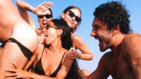 Stefano De Martino se la spassa con nuovi amici e in barca l?atmosfera si fa hot