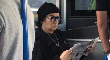 Renato Zero a Fiumicino come un passeggero qualunque, sulla navetta che porta al volo