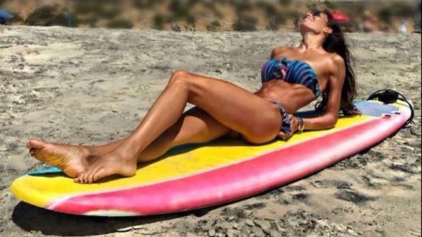 "Elisabetta Gregoraci, vacanze da ""single"" tra bikini e risate"