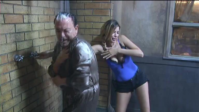 """""""Grande Fratello Vip"""", la doccia di Cristiano Malgioglio... con la vestaglia"""