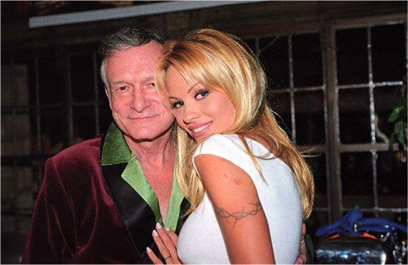 """Pamela Anderson """"saluta"""" Hefner in lacrime e in sottoveste sexy, """"like"""" e... polemiche"""