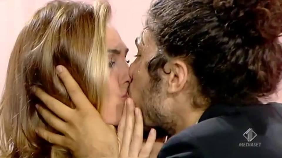 """Ilary Blasi baciata in diretta a """"Le Iene"""". Ecco chi è Andrea, il grande protagonista"""